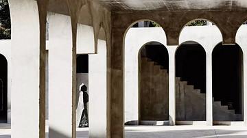 徘徊,柱廊、拱门和粗糙的石头